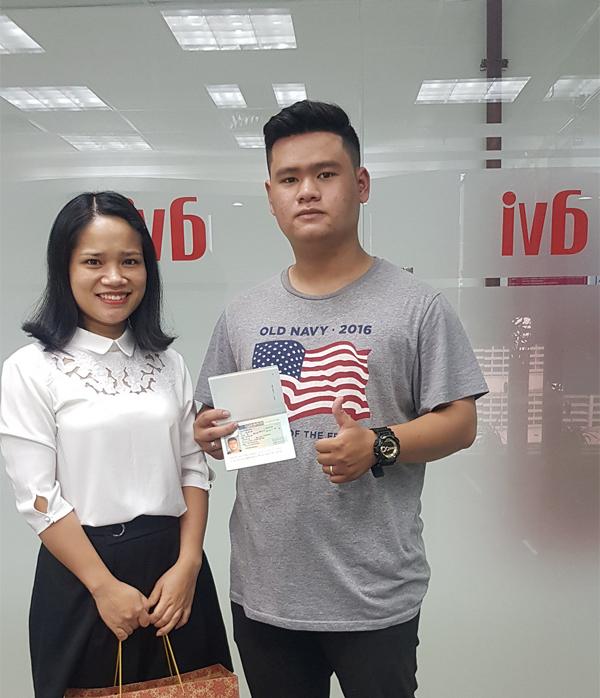 Chu Anh Quân chụp ảnh lưu niệm với chuyên viên Nhật Anh - AVI