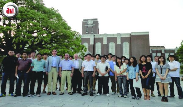 Giáo viên và sinh viên trường đại học Kyoto