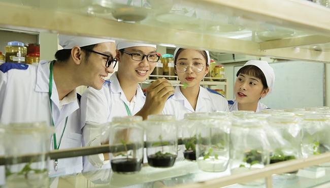 Sinh viên ngành công nghệ sinh học